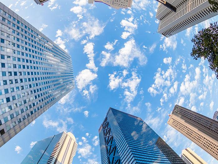 高層ビル群を見上げる