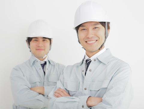 作業着にヘルメット着用の2人の男性